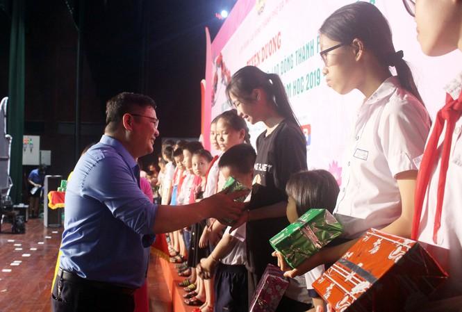 Trao học bổng cho 254 học sinh vượt khó học giỏi - Ảnh 1