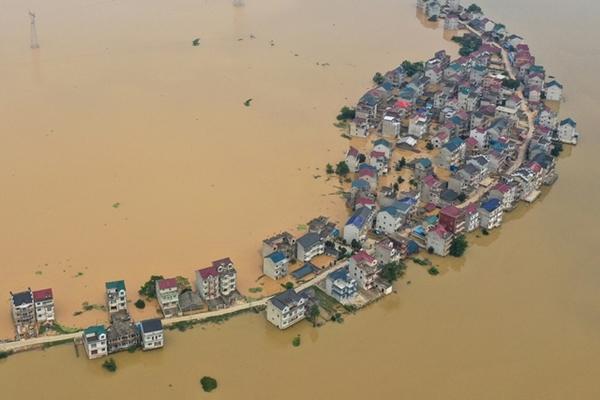 Trung Quốc chật vật ứng phó với lũ lụt nghiêm trọng nhất trong 3 thập kỷ - Ảnh 1