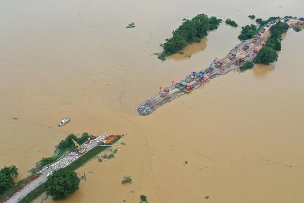 Trung Quốc chật vật ứng phó với lũ lụt nghiêm trọng nhất trong 3 thập kỷ - Ảnh 4