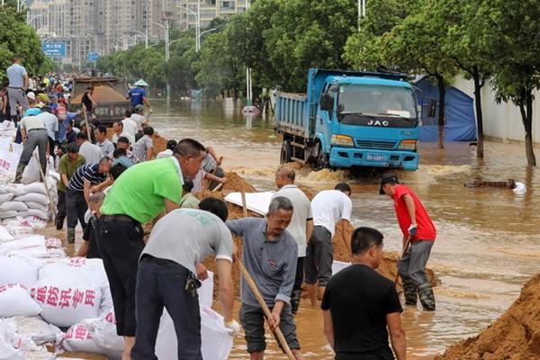 Trung Quốc chật vật ứng phó với lũ lụt nghiêm trọng nhất trong 3 thập kỷ - Ảnh 5
