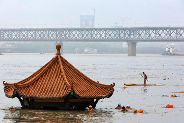 Trung Quốc chật vật ứng phó với lũ lụt nghiêm trọng nhất trong 3 thập kỷ - Ảnh 7