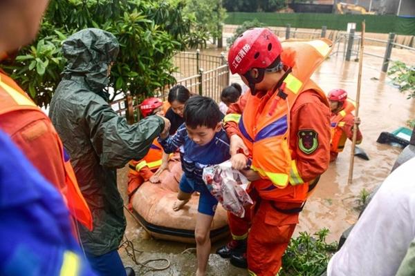 Trung Quốc chật vật ứng phó với lũ lụt nghiêm trọng nhất trong 3 thập kỷ - Ảnh 8
