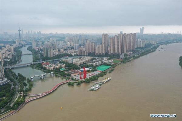 Trung Quốc chật vật ứng phó với lũ lụt nghiêm trọng nhất trong 3 thập kỷ - Ảnh 10