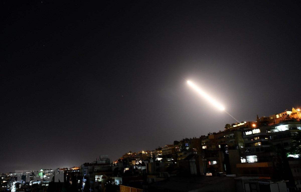 Chiến sự Syria: Đánh chặn nhiều tên lửa của Israel nhằm vào Damascus, 7 binh sĩ bị thương - Ảnh 1
