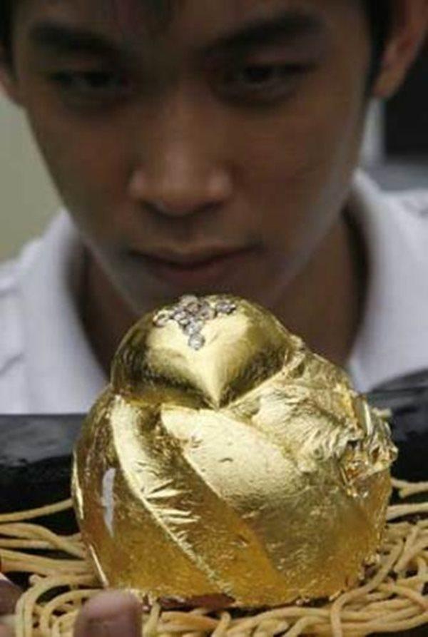 Choáng với món bánh socola được đính 15 viên kim cương và phủ 24 carat vàng  - Ảnh 2