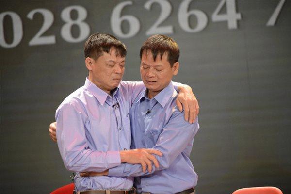 Cuộc hội ngộ kỳ lạ đến ngỡ ngàng của cặp anh em sinh đôi bị bố mẹ cho đi từ 43 năm về trước - Ảnh 4