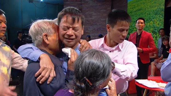 Cuộc hội ngộ kỳ lạ đến ngỡ ngàng của cặp anh em sinh đôi bị bố mẹ cho đi từ 43 năm về trước - Ảnh 3