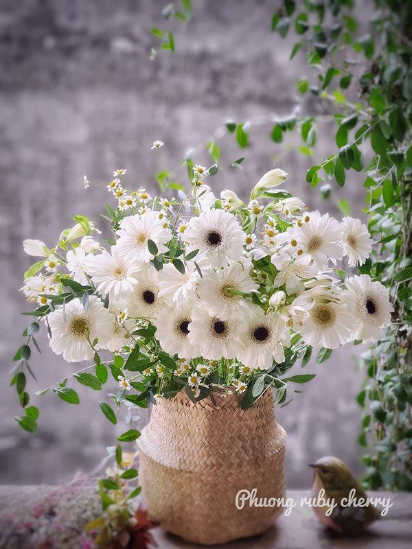 Mẹ trẻ Hà thành gây sốt với trào lưu cắm hoa bằng giỏ cói đẹp mê hồn - Ảnh 4