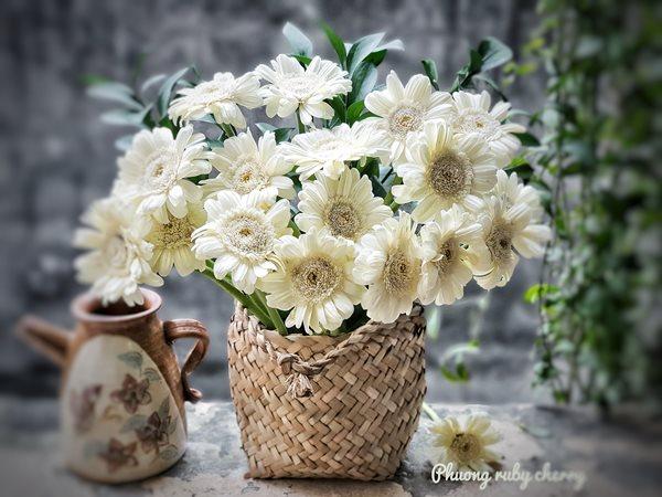 Mẹ trẻ Hà thành gây sốt với trào lưu cắm hoa bằng giỏ cói đẹp mê hồn - Ảnh 13