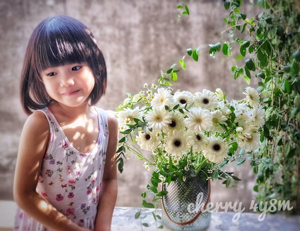 Mẹ trẻ Hà thành gây sốt với trào lưu cắm hoa bằng giỏ cói đẹp mê hồn - Ảnh 2