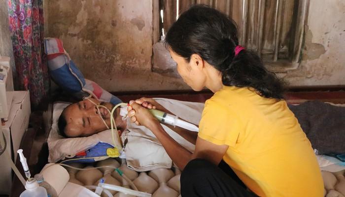 Rớt nước mắt cảnh nhà nghèo, vợ mắc bạo bệnh nuôi chồng bị tai nạn sống thực vật - Ảnh 1
