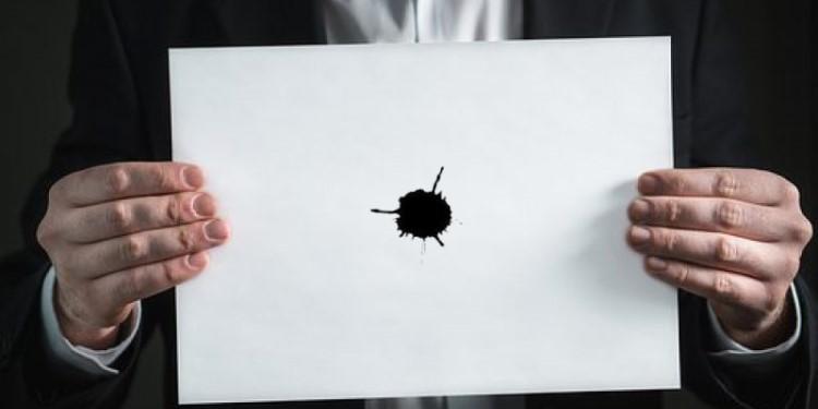 Dấu chấm đen trên tờ giấy trắng - Ảnh 1