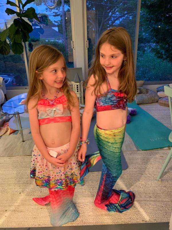 Được bố mẹ hóa trang thành nàng tiên cá, bé gái suýt chết đuối trong hồ bơi sâu hơn 0.5m - Ảnh 1