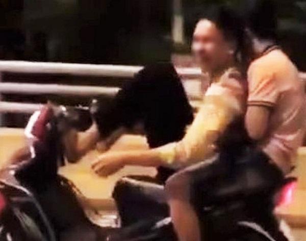 Dùng chân điều khiển xe máy lạng lách, 2 thanh niên bị công an triệu tập - Ảnh 1