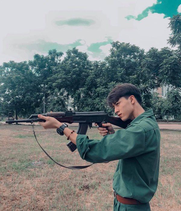 Vẻ đẹp cực phẩm của các sinh viên trong kỳ học quân sự - Ảnh 4