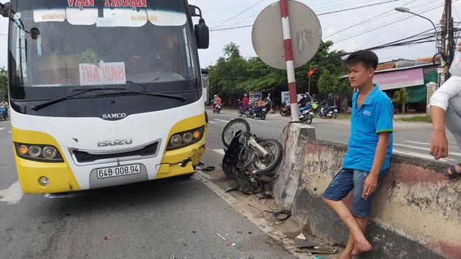 Ô tô khách tông xe máy nát bét, người đàn ông bị thương nặng - Ảnh 1