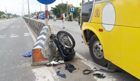 Ô tô khách tông xe máy nát bét, người đàn ông bị thương nặng - Ảnh 2