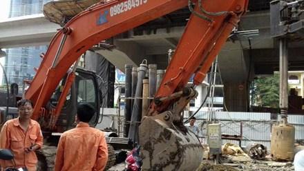 """Máy xúc thi công ga đường sắt trên cao """"múc"""" trúng cáp điện ngầm - Ảnh 1"""