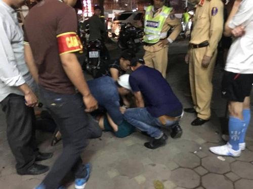Bắt nam thanh niên lăng mạ, tấn công cảnh sát  - Ảnh 1
