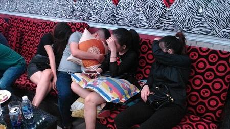 Đột kích nhà hàng KTV, phát hiện hàng chục thanh niên đang phê ma túy  - Ảnh 1