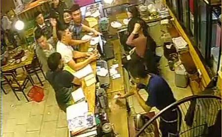 Vụ 40 thanh niên quỵt tiền quán nướng, đánh nữ nhân viên: Hé lộ nguyên nhân - Ảnh 1