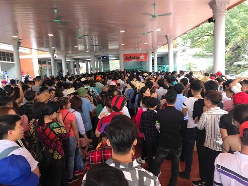 Chùa Hương: Hàng vạn người chen lấn chờ khai hội - Ảnh 2