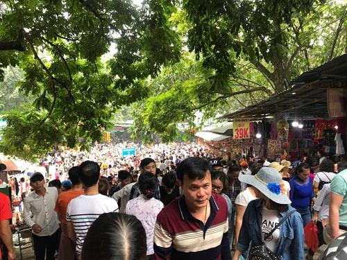 Chùa Hương: Hàng vạn người chen lấn chờ khai hội - Ảnh 1