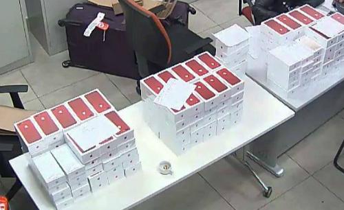 """Hơn 100 chiếc iPhone 7 đỏ nhập lậu """"đi"""" máy bay về Việt Nam bị tịch thu - Ảnh 1"""