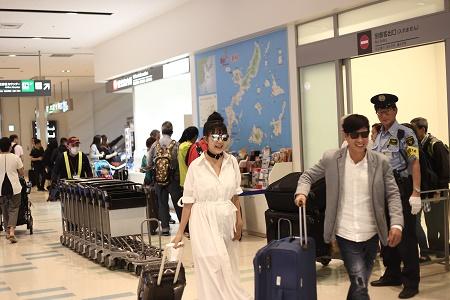 Vợ chồng Lý Hải tươi tắn lên đường sang Nhật Bản tham dự Liên hoan phim Quốc tế - Ảnh 2