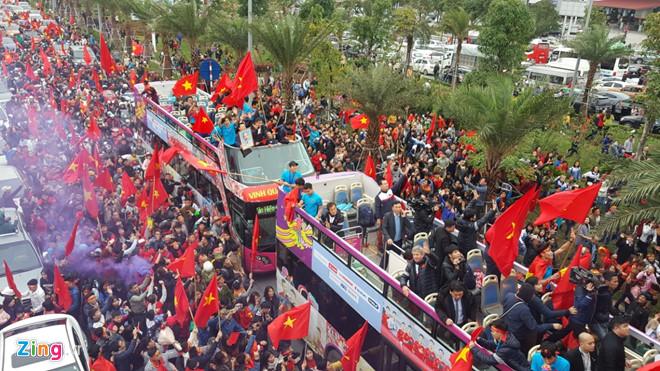 Clip: Xe chở U23 Việt Nam vẫn chưa vào nội thành vì kẹt giữa hàng nghìn người hâm mộ - Ảnh 1