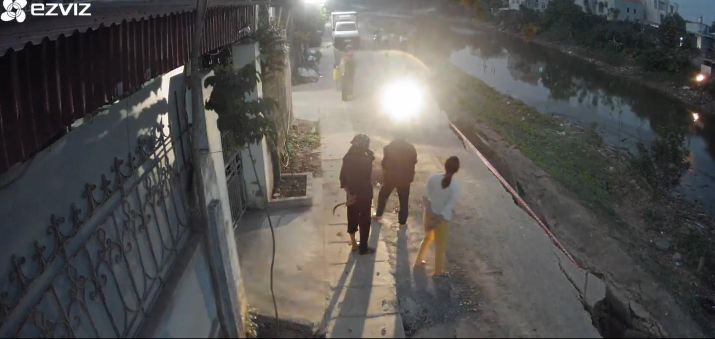 Bạch Hạ - Phú Xuyên: Sụt lún đê kinh hoàng, người dân mất đường đi - Ảnh 3