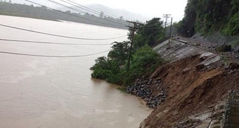 Mưa lũ ở Quảng Bình: 193 hành khách mắc kẹt cầm cự chờ lương thực - Ảnh 1
