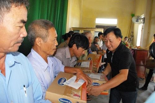 Vinamilk trực tiếp đi cứu trợ người dân vùng lũ Hà Tĩnh, Quảng Bình - Ảnh 1