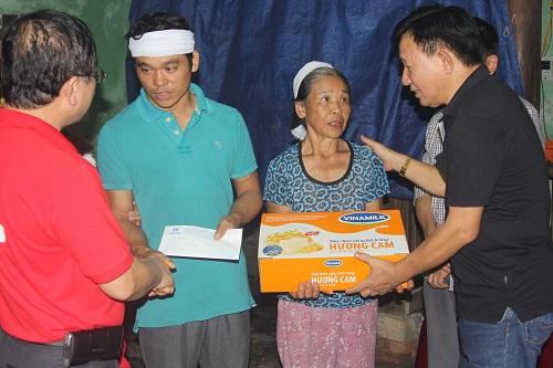 Vinamilk trực tiếp đi cứu trợ người dân vùng lũ Hà Tĩnh, Quảng Bình - Ảnh 5