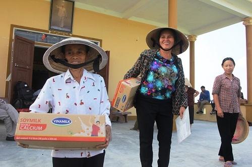 Vinamilk trực tiếp đi cứu trợ người dân vùng lũ Hà Tĩnh, Quảng Bình - Ảnh 3