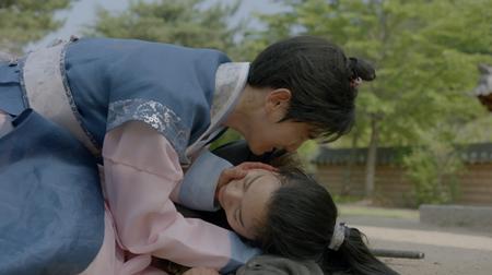 Người tình ánh trăng tập 16: Hé lộ cảnh siêu thân mật của Lee Jun Ki và IU - Ảnh 3