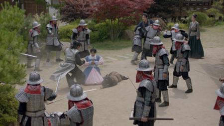 Người tình ánh trăng tập 16: Hé lộ cảnh siêu thân mật của Lee Jun Ki và IU - Ảnh 2