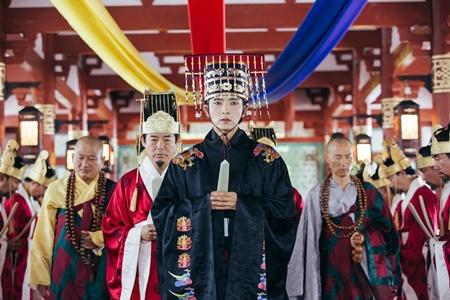 Người tình ánh trăng tập 17: Lee Jun Ki lên làm vua, ngủ thiếp trong lòng IU - Ảnh 1