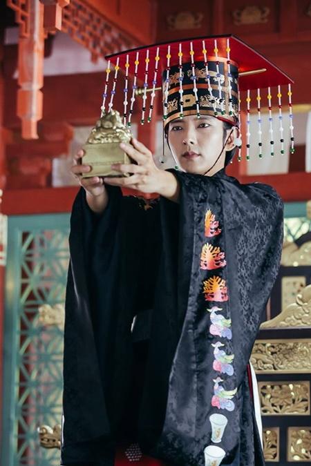Người tình ánh trăng tập 17: Lee Jun Ki lên làm vua, ngủ thiếp trong lòng IU - Ảnh 2
