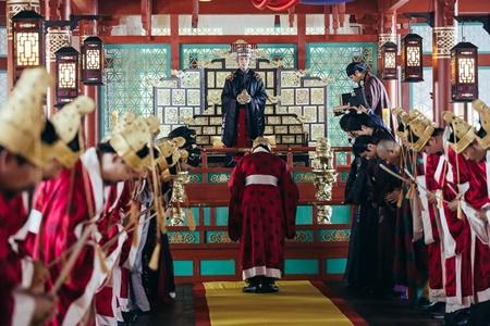 Người tình ánh trăng tập 17: Lee Jun Ki lên làm vua, ngủ thiếp trong lòng IU - Ảnh 3