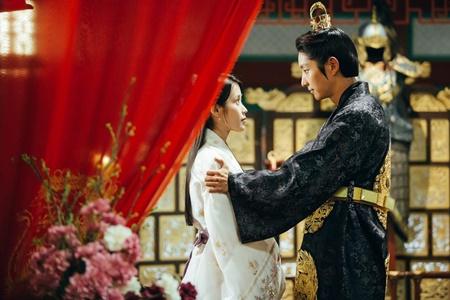 Người tình ánh trăng tập 17: Lee Jun Ki lên làm vua, ngủ thiếp trong lòng IU - Ảnh 4