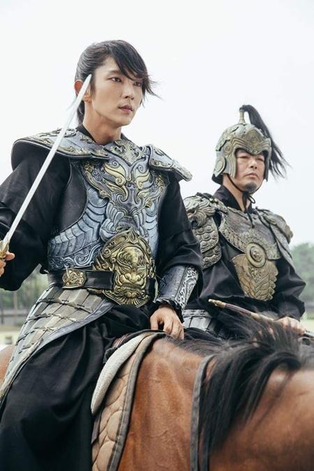 Người tình ánh trăng tập 17: Vừa đăng cơ, Lee Jun Ki đã bị ép cưới em gái - Ảnh 1