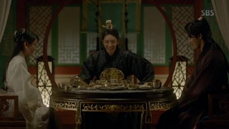 Người tình ánh trăng tập 17: Vừa đăng cơ, Lee Jun Ki đã bị ép cưới em gái - Ảnh 5