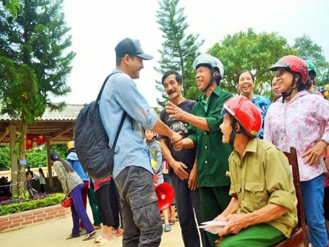 Sao Việt đi làm từ thiện: Nghịch lý kẻ cười, người khóc? - Ảnh 1