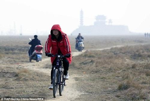 Bất ngờ với hồ nước ngọt lớn nhất Trung Quốc cạn khô sau mùa hạn hán - Ảnh 3