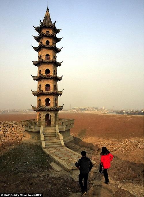 Bất ngờ với hồ nước ngọt lớn nhất Trung Quốc cạn khô sau mùa hạn hán - Ảnh 5