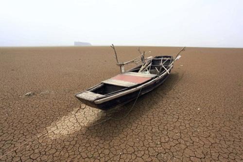 Bất ngờ với hồ nước ngọt lớn nhất Trung Quốc cạn khô sau mùa hạn hán - Ảnh 4