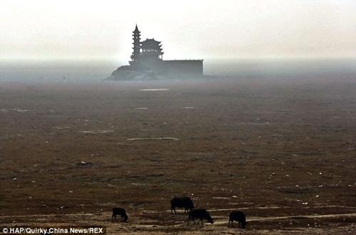 Bất ngờ với hồ nước ngọt lớn nhất Trung Quốc cạn khô sau mùa hạn hán - Ảnh 2