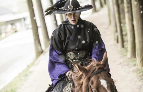 """""""Huyền thoại biển xanh"""" tiết lộ hình ảnh Lee Min Ho mặc cổ trang chiến đấu - Ảnh 2"""