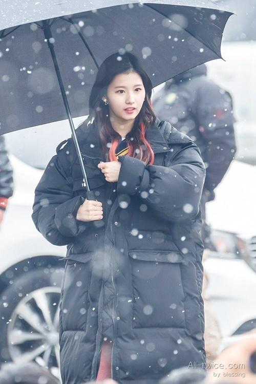 Loạt ảnh cho thấy Sana (TWICE) là idol có thời trang mùa đông chuẩn nhất Kpop - Ảnh 2